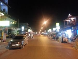 Vang Vieng Hauptstraße bei Nacht