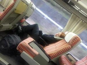 Lea schläft auf dem Weg nach Takayama