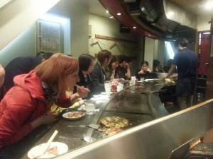 Lea im Okonomiyaki Restaurant