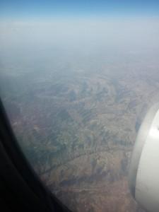 Blick auf eine mondartige Hügellandschaft