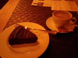 Schokoladenkuchen und Kakao