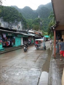 Unterwegs in der kleinen Stadt El Nido