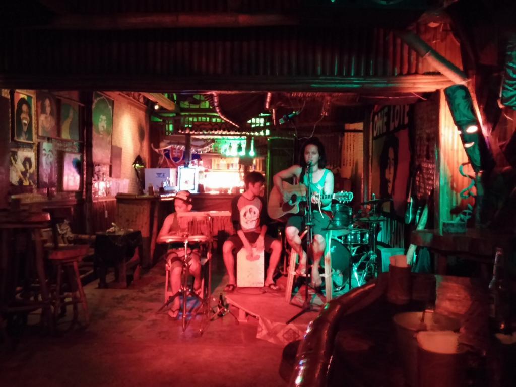 In der Bar - der Koch an der Gitarre