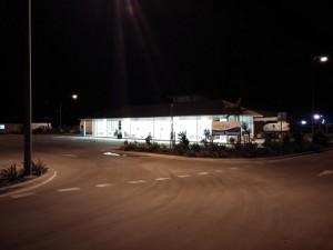 Die Busstation im Nirgendwo, ohne Schilder, Schalter und ohne Busse