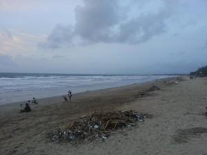 Der dreckige Strand in Bali