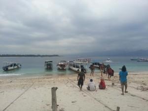 Ankunft auf Gili (das zweite Boot von rechts war unsere Fähre)
