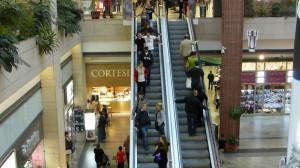 Spaß im Einkaufszentrum: Rolltreppen fahren