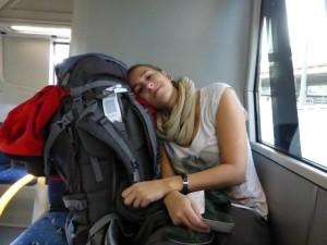 Sandra ist müde nach dem Nachtflug