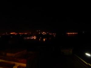 Blick auf den See bei Nacht