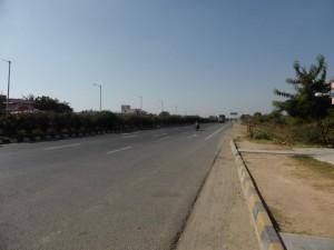 Weg nach Jaipur - dreispurig mit Mittelstreifen