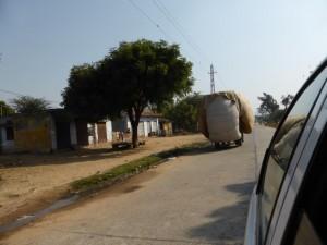 Indische LKW-Ladekunst auf dem Weg nach Ranthambore