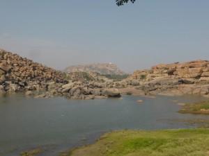Felsen und der Fluss in Hampi