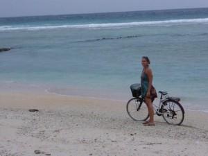 Sandra mit Rad am Strand