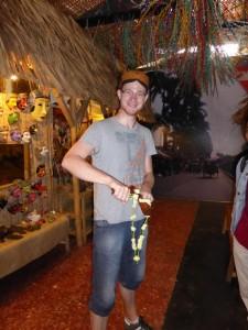 Ich im Museum mit traditioneller Waffe und Hut