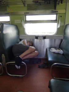 Sandra schläft im Zug