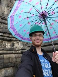 Ich mit Schirm und Hut im Prambanan Tempel