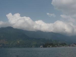 Der See Toba  - die Wolken kommen