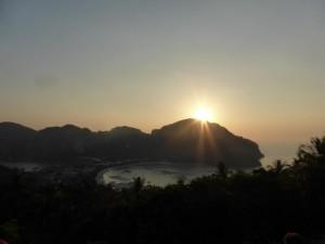 Sonnenuntergang vom Aussichtspunkt auf dem Berg