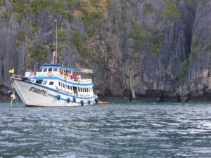 Unser Schiff ankernd in der Maya Bay