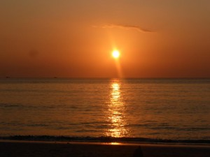 Sonnenuntergang am Strand in Phuket