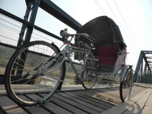 Eine Fahrradrikscha auf der Brücke