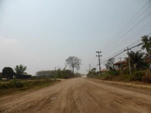 Staubige Straße auf dem Weg zum Buddha Park