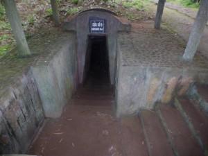 Der Eingang zu den Tunneln (ursprünglich nur mit Bambus und ohne Mauern)