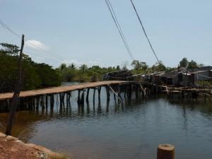 Schmale Holzbrücken führen zum Strand