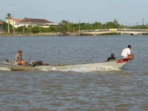 Ein Boot auf dem Fluss