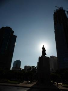 Hochhäuser und Statue