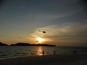 Sonnenuntergang und Helikopter (und das ist kein kleiner Spielzeughelikopter)