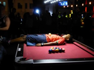 Billiard Tricks im Hostel