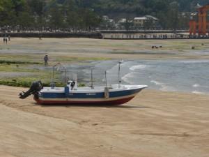 Ein kleines Boot bei Ebbe