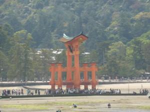 Das berühmte rote Tor bei Ebbe