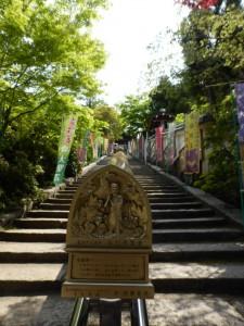 Treppe zum Tempel mit Gebetsmühlen