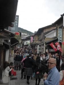 Wir sind nicht alleine auf dem Weg zum Kiyomizu-dera