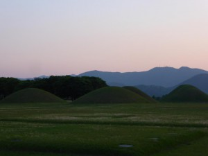 Bergpanorama mit Hügelgräbern