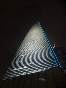 Der Shanghai World Financial Tower bei Nacht