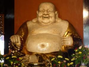 Ein lachender Buddha im Tempel