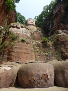 An den Füßen des Giant Buddha