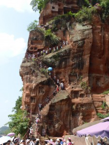 Steiler, enger Weg zu den Füßen des Buddha