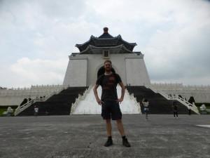 Ich vor der Nationalen Chiang-Kai-shek-Gedächtnishalle