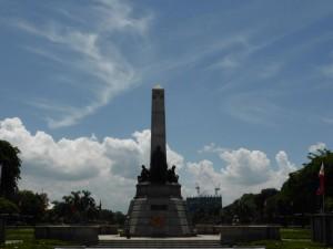 Das Rizal Monument (und die Wachen bewachen angeblich nur die goldenen Sterne)