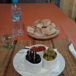 Abendessen: Oliven, Brot und Harrisa